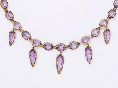 Collier en or 585 millièmes orné de pierres violettes dans un entourage torsadé...