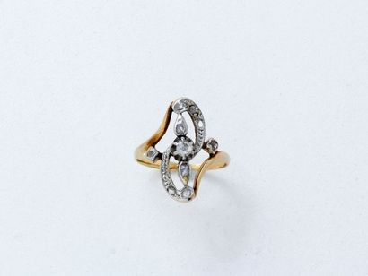Bague marquise 2 tons d'or 750 millièmes ornée d'une rose couronnée dans un décor...