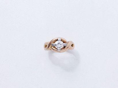 Bague en or 750 millièmes, à décor tressé ajouré, ornée d'un diamant taille ancienne...