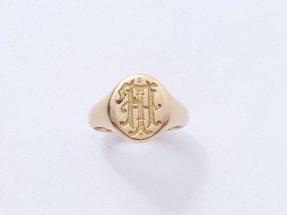 Bague chevalière en or 750 millièmes, monogrammée HL. Poids: 8.50 g. TDD: 51.