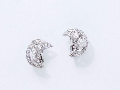 Paire de clips d'oreilles en or gris 750 millièmes au motif de croissants de lune...