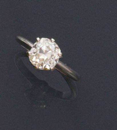 Bague solitaire en or gris 750e, sertie d'un diamant de taille coussin d'environ...