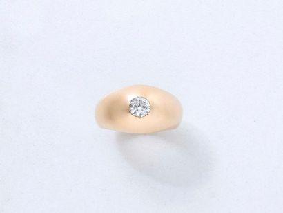Bague jonc anglais en or 750 millièmes, ornée d'un diamant brillanté en serti clos....