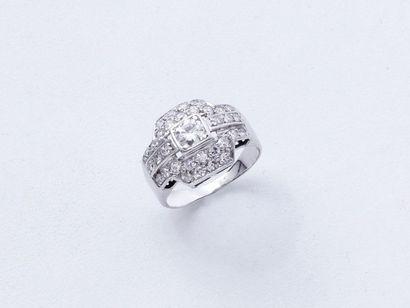 Bague en or gris 750 et platine 850 millièmes, à décor géométrique, ornée d'un diamant...