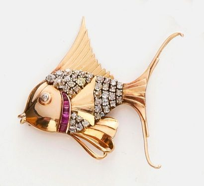 Broche en or 750e, représentant un poisson exotique, l'oeil et le corps pavés de...