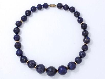 Collier composé d'une chute de perles de lapislazuli d'environ 13 à 22.5 mm, agrémenté...