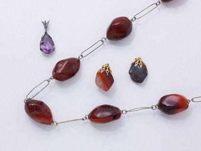 Lot en métal composé d'un collier orné de...