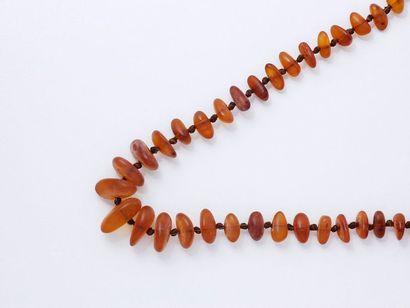 Collier composé d'une chute de perles d'ambre...
