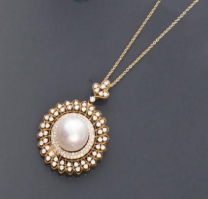 Pendentif en or 750e, orné en son centre d'une perle de culture ronde dans un entourage...