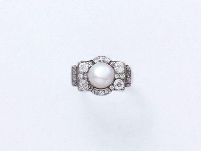 Bague en or 750 millièmes, ornée d'une perle...