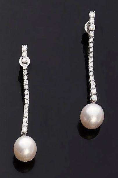 Paire de pendants d'oreille en or gris 750e, orné d'une perle de culture blanche...