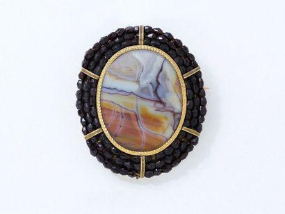 Broche en or 750 millièmes, ornée d'un médaillon ovale en agate zonée dans un triple...