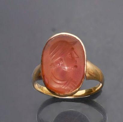 Bague chevalière en or 750e, sertie d'une intaille sur cornaline figurant un profil...