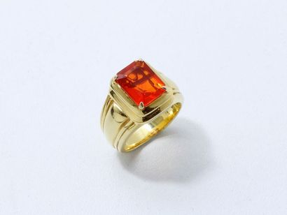 Bague en or 750 millièmes, l'anneau godronné à base tronquée orné en gradin d'une...