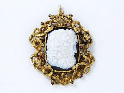 Broche pendentif en or 585 millièmes, ornée d'un très beau camée agate 2 couches...