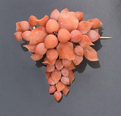 Broche pendentif en corail rose sculpté à...