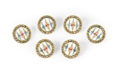 6 boutons moyen en métail émaillé à décor...