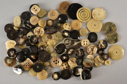 Bel ensemble de boutons en matière naturelle,...