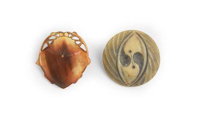 Henri HAMM (1871-1961) 2 boutons en corne gravée et galalithe gravée «scarabée» et...