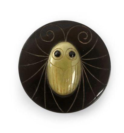 Henri HAMM (1871-1961) Bouton «Insecte stylisé» galalithe gravée et incrustation,...