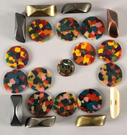 Intéressant ensemble de gros boutons en matière plastique pour la couture.z