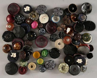 Lot de boutons, résine et passementerie pour la couture, année 60.