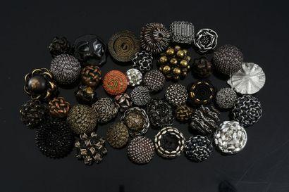 Lot de boutons, éléments en résine et chaines,...