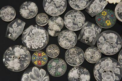 Lot de boutons divers, éléments en galalithe gravé, bouton iranien peint, éléments...