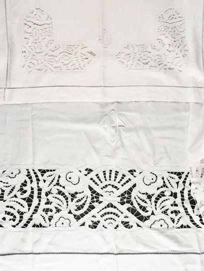Parure de lit brodée, drap et ses taies, vers 1930-40 En toile métis, le drap à...
