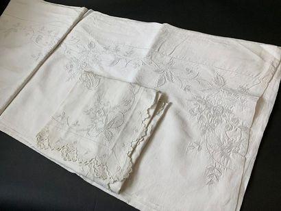 Somptueuse parure de lit, drap et taies brodés, fin du XIXe siècle. En fil d'une...