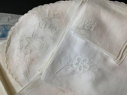 Parures de table, maison Porthault, milieu du XXe siècle. Huit serviettes et huit...