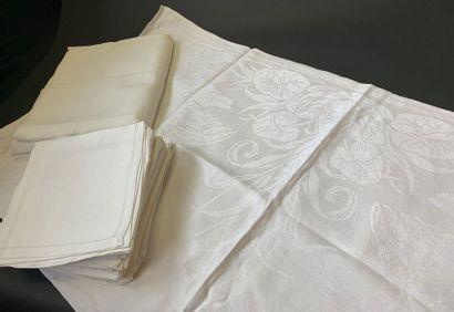Service de table, nappe et douze serviettes,...