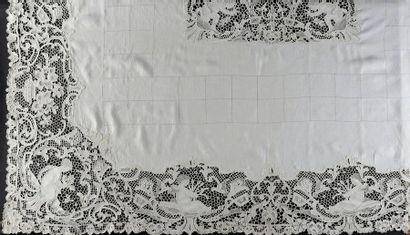 Service de table, Venise, Belgique, 1ère moitié du XXe siècle. Grande nappe en toile...