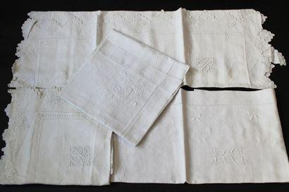 Deux paires de taies d'oreiller brodées, début du XXe siècle. En fil brodé au plumetis...
