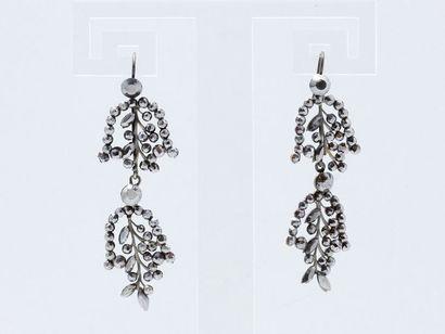 Paire de pendants d'oreilles décorés de clous...
