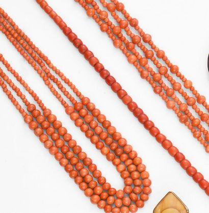 Lot composé de: Sautoir en perles de corail,...
