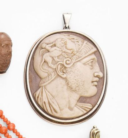 Médaillon en pierre dure sculptée d'un profil...