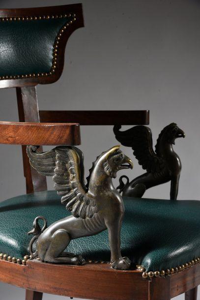 Paire de fauteuils klismos en acajou et placage d'acajou, il repose sur des pieds...