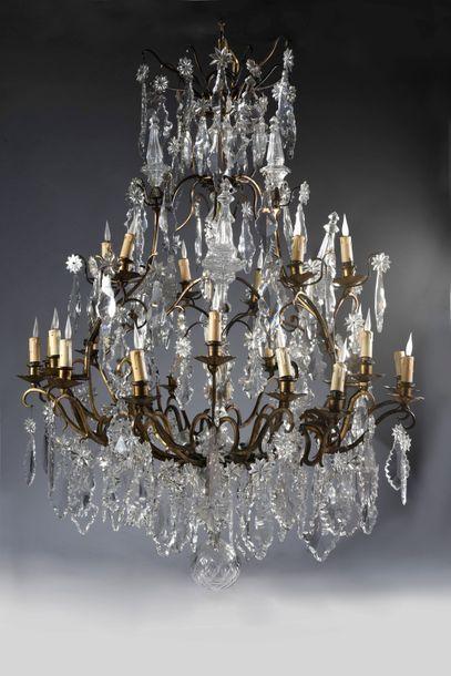 Important lustre cage à plaquette et sabre de cristal à 24 lumières. H. : 130 cm,...