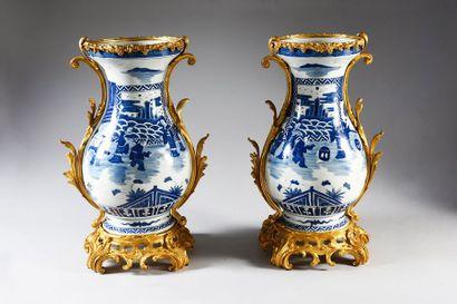 Paire de vases balustres en porcelaine de la Chine à décor de scènes de palais en...
