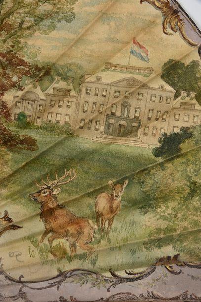 Pour la cour royale de Hollande, vers 1895Grand éventail, la feuille en tissu peinte...
