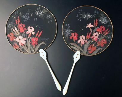 Iris et libellule, vers 1900 Paire d'écrans à main circulaires en gaze noire peinte...