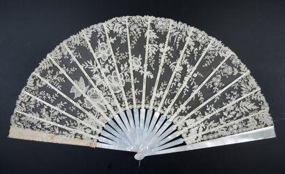 Papillon butinant, vers 1890-1900Grand éventail,...