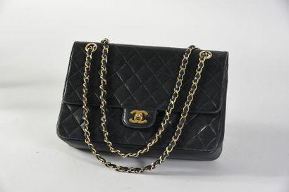 CHANEL, sac à main classique, en cuir noir...