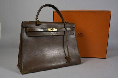 HERMES, sac Kelly en veau box marron, l'intérieur en cuir à une poche zippée et...