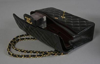 CHANEL, petit sac classique, en agneau noir matelassé et piqué en losanges, fermoir...