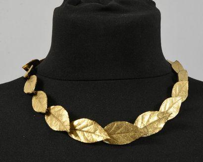 Collier articulé en métal doré, décor d'une...