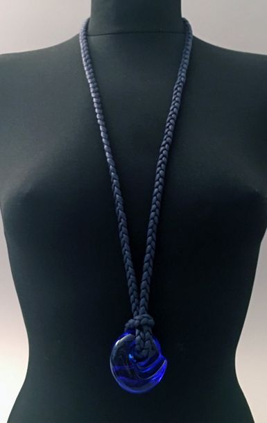 BACCARAT, pendentif en cristal bleu retenu...