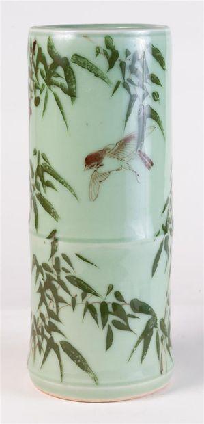 Vase fuseau en céramique à décor polychrome...