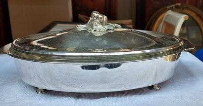 Une soupière ovale en métal argenté avec...